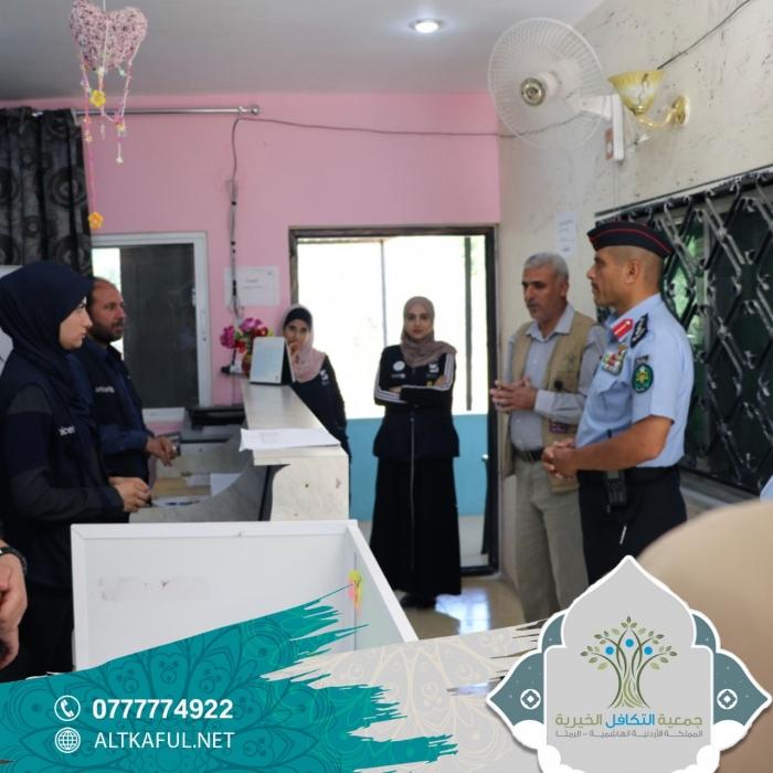 مدير شرطة الرمثا يزور جمعية التكافل الخيرية... صور