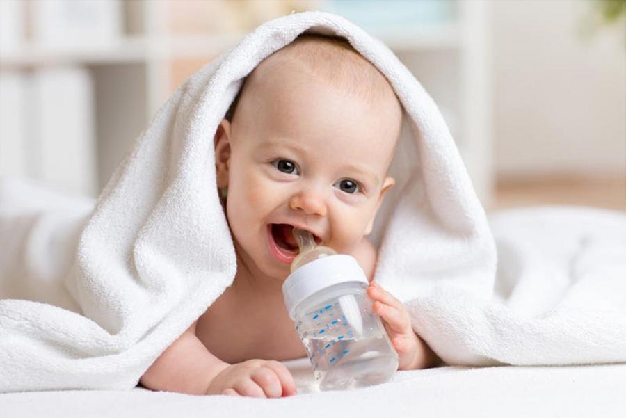 شرب الرضيع للماء .. مخاطر غير... تفاصيل