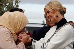 بالصور .. تقبيل يد إيفانكا ترامب في المغرب يثير الجدل