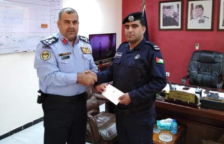 قائد أمن إقليم الجنوب يكرم أحد مرتبات شرطة الكرك