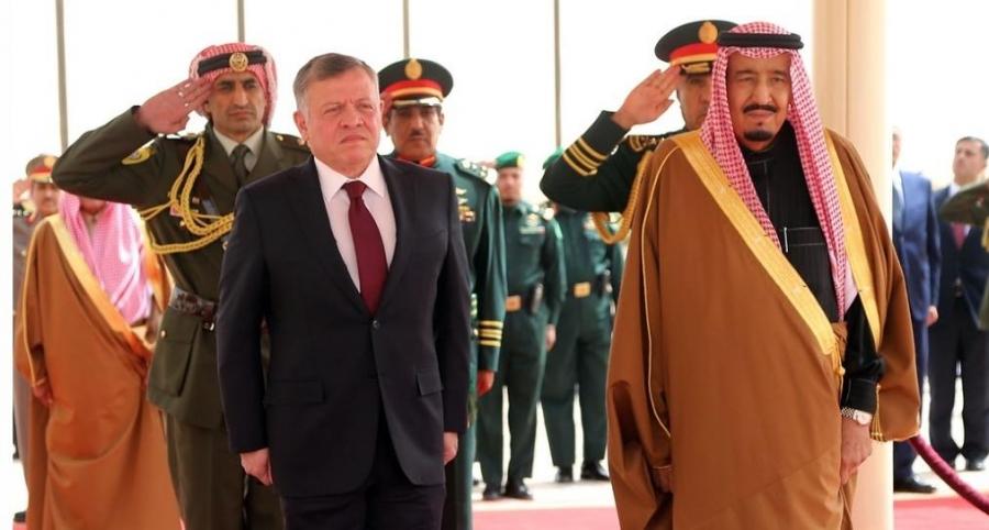 الملك يعزي خادم الحرمين الشريفين بوفاة الأمير متعب بن عبدالعزيز آل سعود