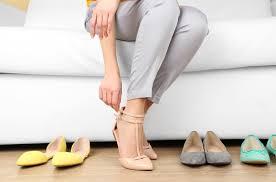 تنبيه – الأحذية ذات التصميم الحديث تؤذي القدمين... ما علاقتها بالكسور؟
