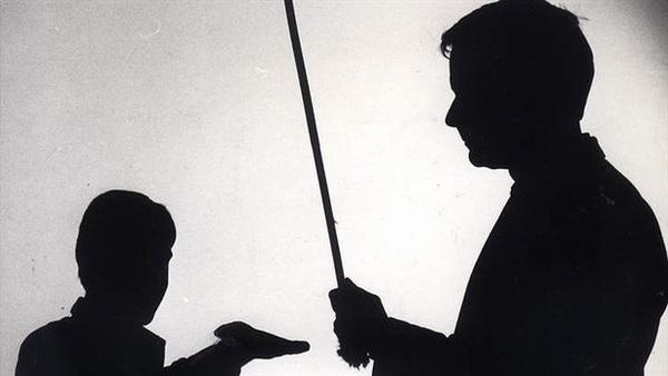 اعتداء معلمة على طالب في عمان والتربية تتوعد