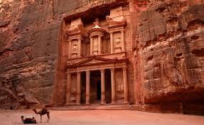 البترا الأثرية تواصل استقبال الزوار وسط الاجواء الماطرة
