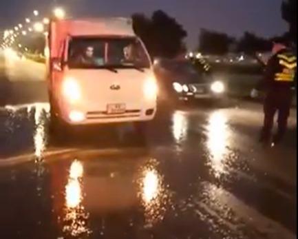 زراعة السلط تعقم الشوارع والسيارات على طريق السرو...فيديو