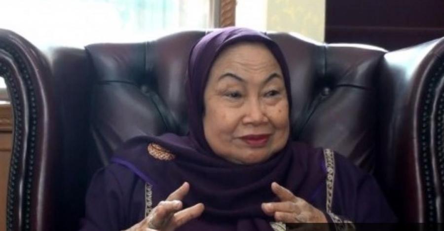 شاهد بالفيديو المرحومة  وزيرة المراة الإندونيسية الدكتورة توتي علوية