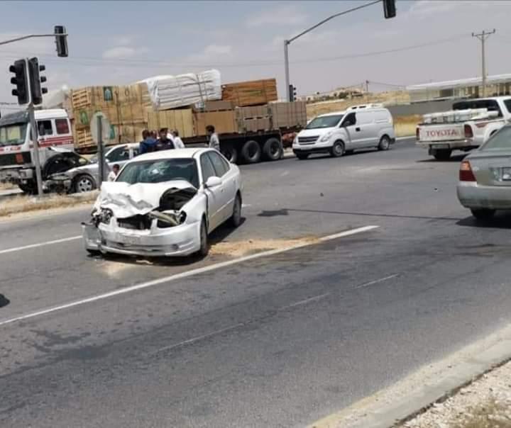 اصابة شخصين بحادث تصادم  بالقرب من اشارة الحمراء باتجاه المفرق