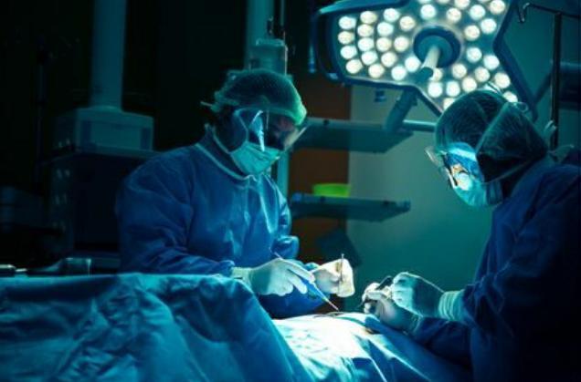استئصال ورم وداجي دماغي لسيدة في مدينة الحسين الطبية