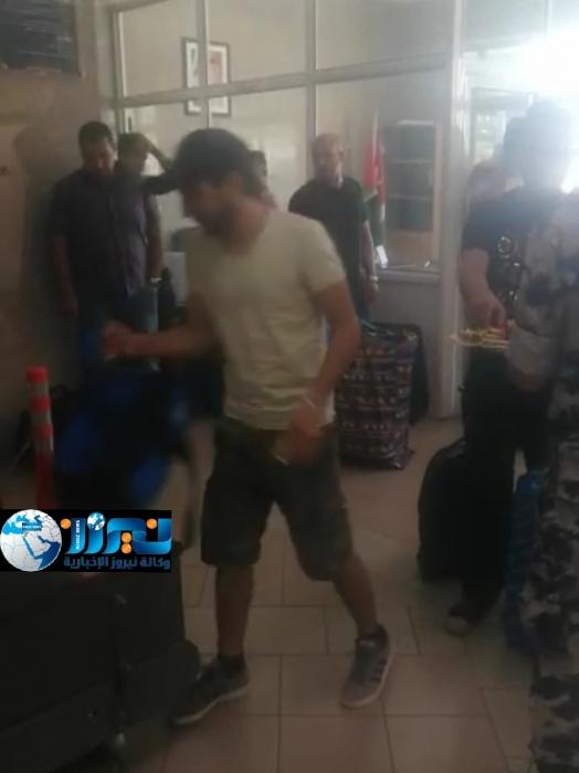 الجمارك توزع الحلوى على المسافرين..فيديو