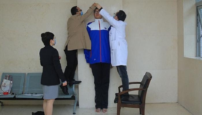 أطول تلميذ في العالم صيني..  عمره 14 عاما وطوله 2.2 متر