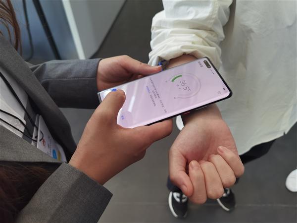 هاتف «هواوي» الجديد يقيس درجة حرارة الجسم