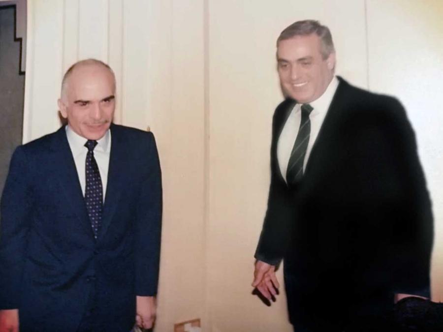 من ذاكرة الوطن صورة تجمع ما بين جلالة الملك الحسين بن طلال ومعالي د٠ سمير مطاوع