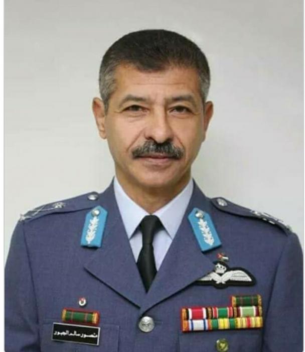 العميد المتقاعد حاكم الفلاحات يُهنئ الفريق الطيار منصور الجبور بمناسبة التعيين