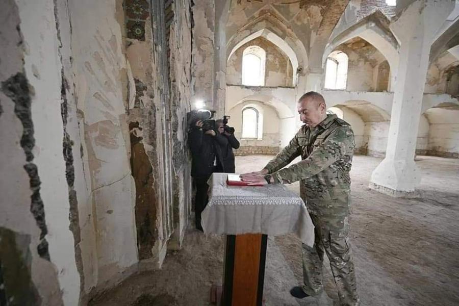 الرئيس إلهام علييف يهدي مسجدَ أغدام القرآن الكريم الذي أحضره من مكة المكرمة
