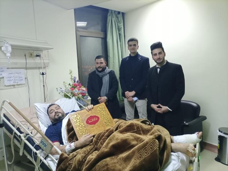 وفد طلابي من جامعة جدارا يزور الفنان السقار الذي يرقد على سرير الشفاء في مستشفى الملك المؤسس