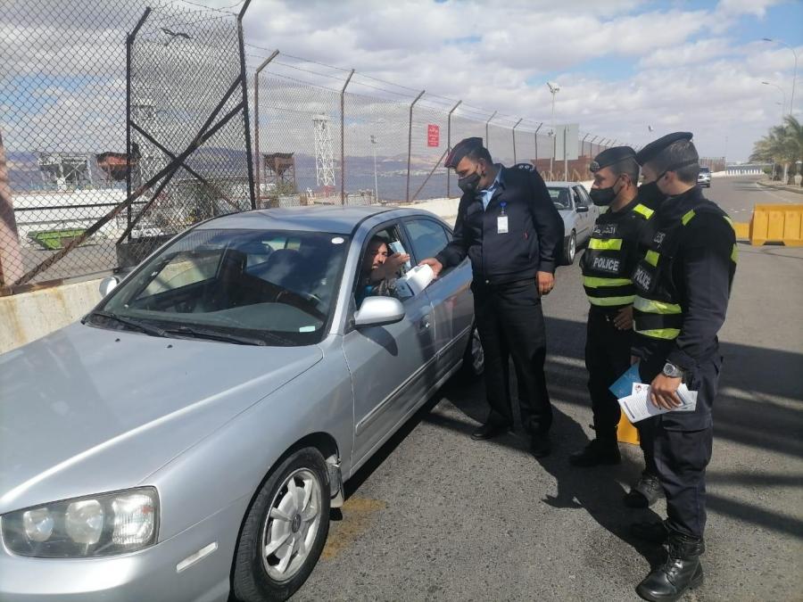 الأمن العام يطلق حملة توعوية  يدا بيد ويوزع الاف الكمامات على المواطنين... صور