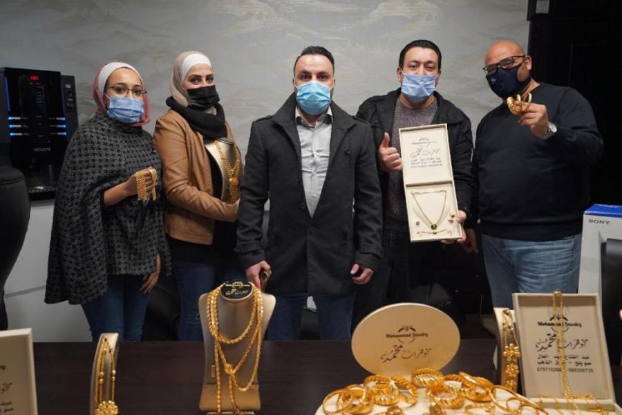 رجل اعمال اردني يوزع الذهب على موظفيه- صور
