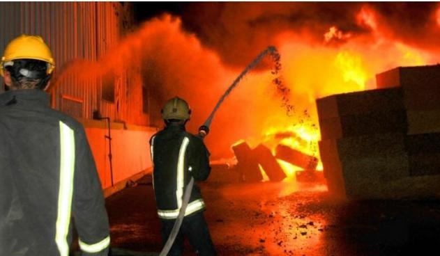 الدفاع المدني يخمد حريق ساحة خارجية تتبع لأحد المصانع في محافظة المفرق