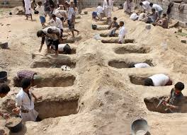 حفارو القبور ينهمكون في العمل مع ارتفاع وفيات كورونا في اليمن