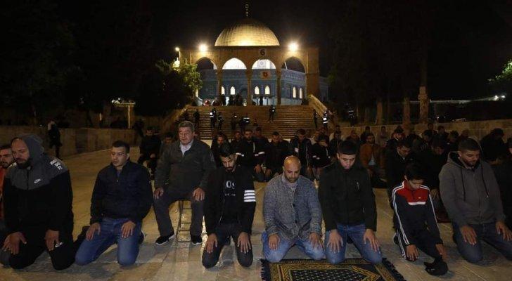 نحو 70 ألف مصل يؤدون صلاة العشاء والتراويح في رحاب المسجد الأقصى
