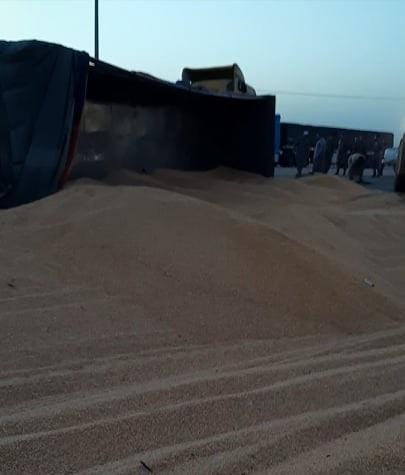 انقلاب شاحنة ذرة على الطريق الصحراوي