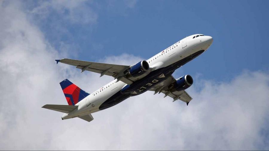 راكب يهدد بإسقاط طائرة أمريكية ويجبرها على تحويل مسارها
