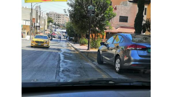 هدر للمياه في شارع الفنادق بمادبا