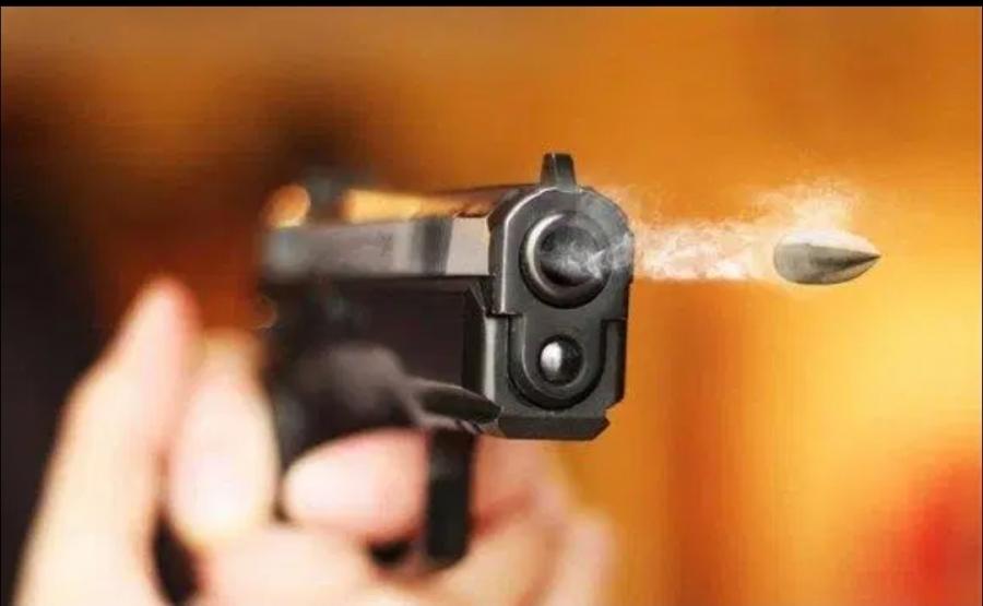 الأمن العام أحد المطلوبين بقضايا التهريب، والاتجار بالمخدرات يطلق النار باتجاه قوة أمنية، عند محاولة القبض عليه.